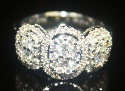 BAGUE ajourée en or gris ornée de diamants...