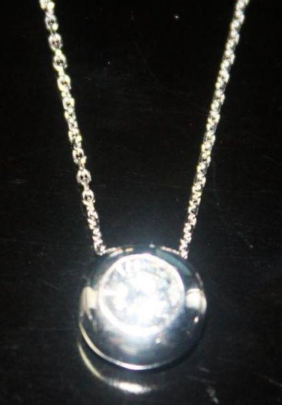 PENDENTIF en or gris orné d'un diamant serti...