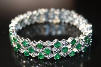BRACELET en or gris serti de diamants de...