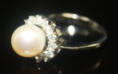BAGUE en or gris ornée d'une perle dans un...