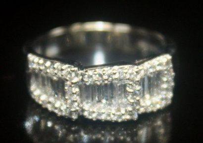 BAGUE en or gris ajourée ornée de 39 diamants...