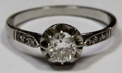 BAGUE en platine serti d'un diamant demi-taille...