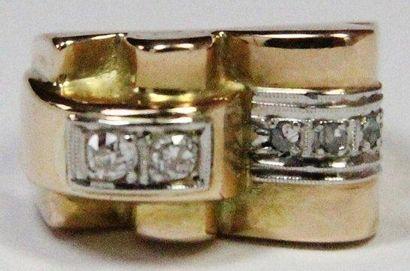 BAGUE en or jaune ornée de deux diamants...