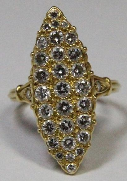 BAGUE MARQUISE en or jaune, ornée de diamants...