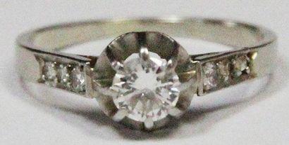 BAGUE en platine et or gris, ornée d'un diamant...