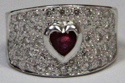BAGUE BANDEAU en or gris, la monture pavée de diamants et ornée en son centre d'un...
