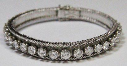BRACELET LIGNE en or gris, orné d'une succession de 21 diamants de 0,30 carat environ...