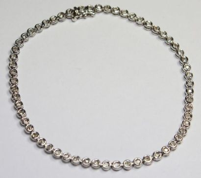 BRACELET ligne en or gris orné de diamants...