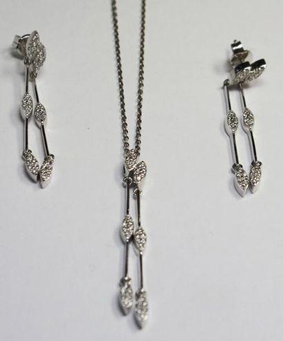 DEMI PARURE en or gris, composée de boucles...