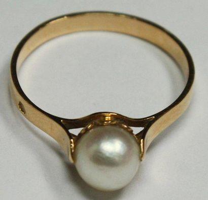 BAGUE en or jaune ornée d'une perle. Poids...