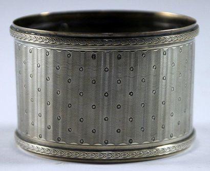 PETIT CACHE-POT de forme cylindrique en argent...