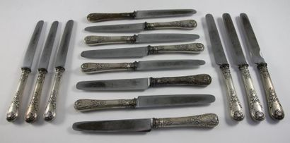 SUITE DE QUATORZE couteaux, les manches en...