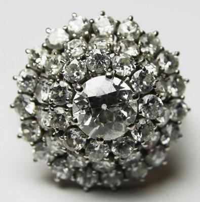 BAGUE en or gris ornee d'un diamant de centre...