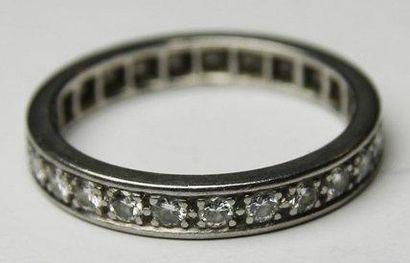 ALLIANCE en or gris ornee de diamants de taille brillant. Poids brut : 4,7 g TDD...