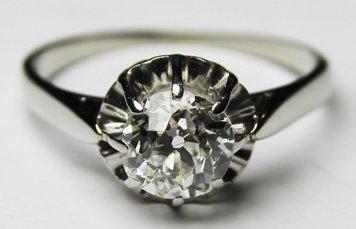 BAGUE SOLITAIRE en or gris, ornee d'un diamant...