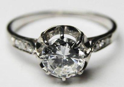 BAGUE SOLITAIRE en or gris ornee d'un diamant...