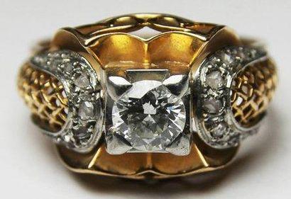 BAGUE en or jaune, ornee de cinq diamants...