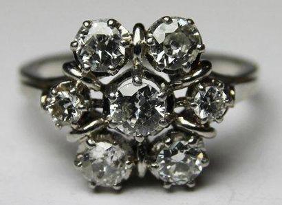 BAGUE en platine ornee de sept diamants de...