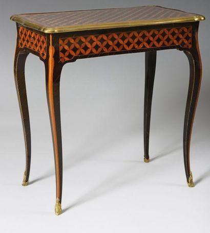 TABLE DE SALON en placage de bois de rose...