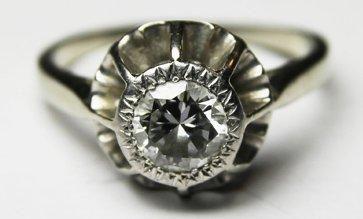 BAGUE en platine et or gris ornee d'un diamant...