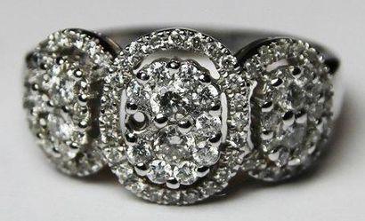 BAGUE ajouree en or gris ornee de diamants...