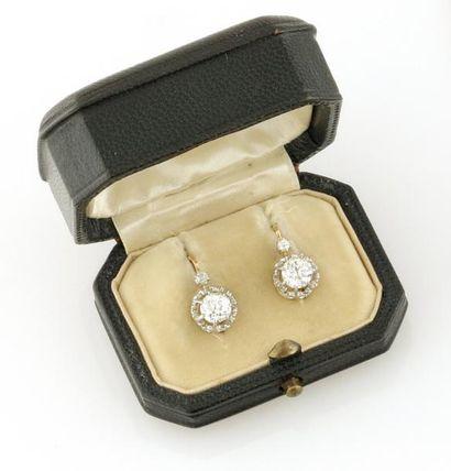 PAIRE DE DORMEUSES en or jaune ornee de diamants...