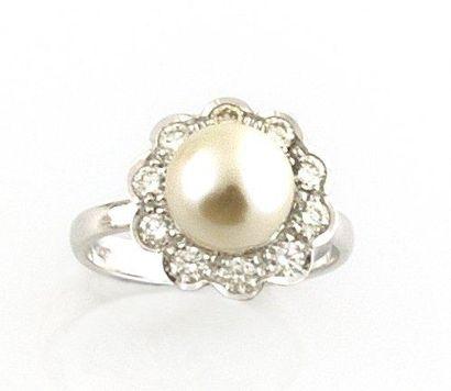 BAGUE en or gris la monture ornee d'une perle...
