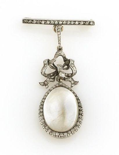 BROCHE en or gris ornee d'une perle de taille...