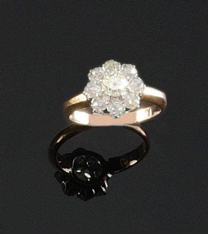 BAGUE en or jaune et or gris ornee d'un diamant...