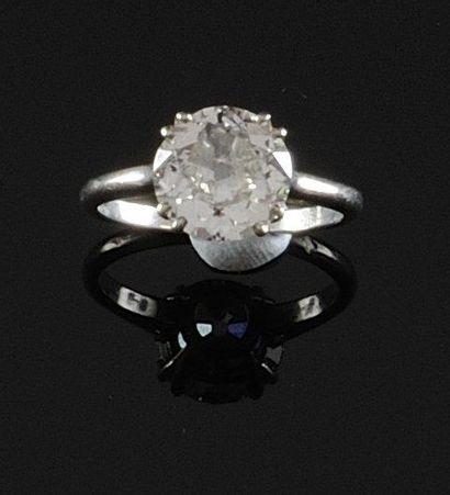 BAGUE SOLITAIRE en platine ornee d'un diamant...
