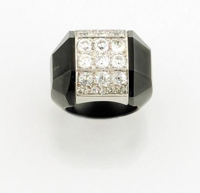 """""""SUZANNE BELPERRON BAGUE modele """"""""Facettes"""""""" en platine, onyx et diamants de 1947..."""