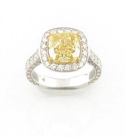 """""""BAGUE en or gris, ornee d'un diamant """"""""fancy yellow"""""""" de taille coussin de 3,44..."""