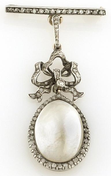 BROCHE en or gris ornée d'une perle de taille...