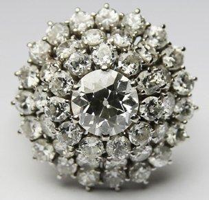 BAGUE en or gris ornée d'un diamant de centre...