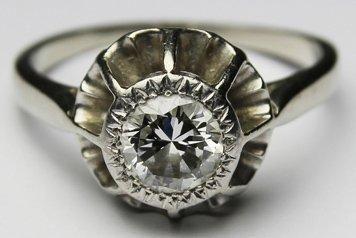 BAGUE SOLITAIRE en or gris, ornée d'un diamant...