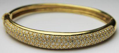 BRACELET jonc en or jaune pavé de diamants...