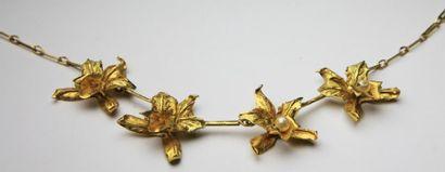 COLLIER en or jaune stylisant quatres fleurs...