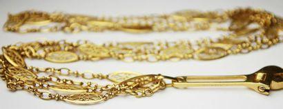 CHAINE en or jaune ciselé retenant un pendentif...