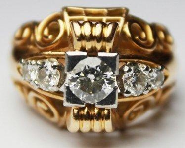 BAGUE en or jaune, ornée de cinq diamants...