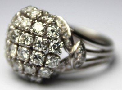 BAGUE boule en platine, ornée de diamants...