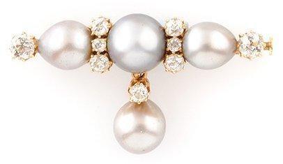BROCHE en or jaune, la monture finement ornée de quatre perles fines dont une en...