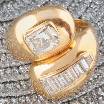 SUZANNE BELPERRON BAGUE en or jaune stylisant le «yin et yang» ornée d ?un diamant...