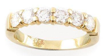 Demi alliance en or jaune ornée de diamants...