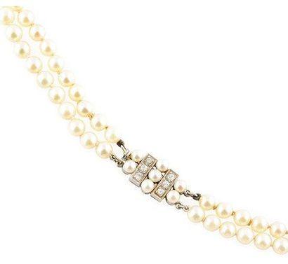 COLLIER orné de deux ranges de perles, le...