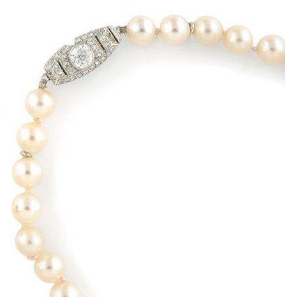 COLLIER de perles orné d'un ravissant fermoir...