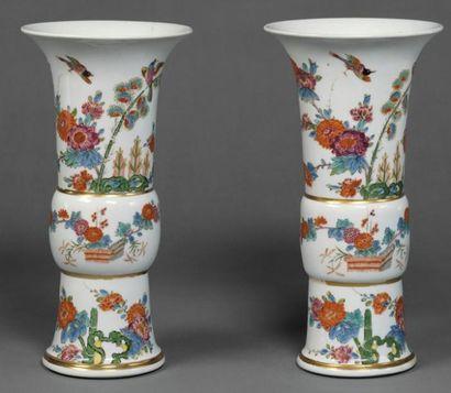 TRES IMPORTANTE GARNITURE DE TROIS VASES D'AUGUSTE REX, CIRCA 1730 en porcelaine...