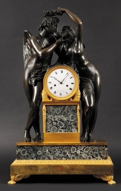 Pendule en bronze patiné, doré et diorite orbiculaire représentant l'Amour et Psyché...