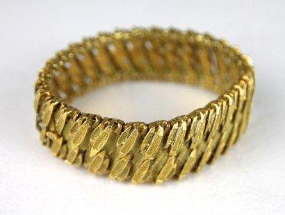 BRACELET MANCHETTE en or jaune guilloché...