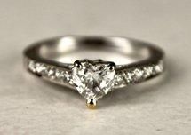 BAGUE SOLITAIRE en or gris sertie d'un diamant...