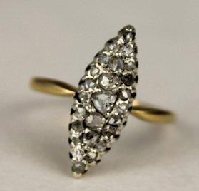 BAGUE MARQUISE en or jaune ornée de diamants...